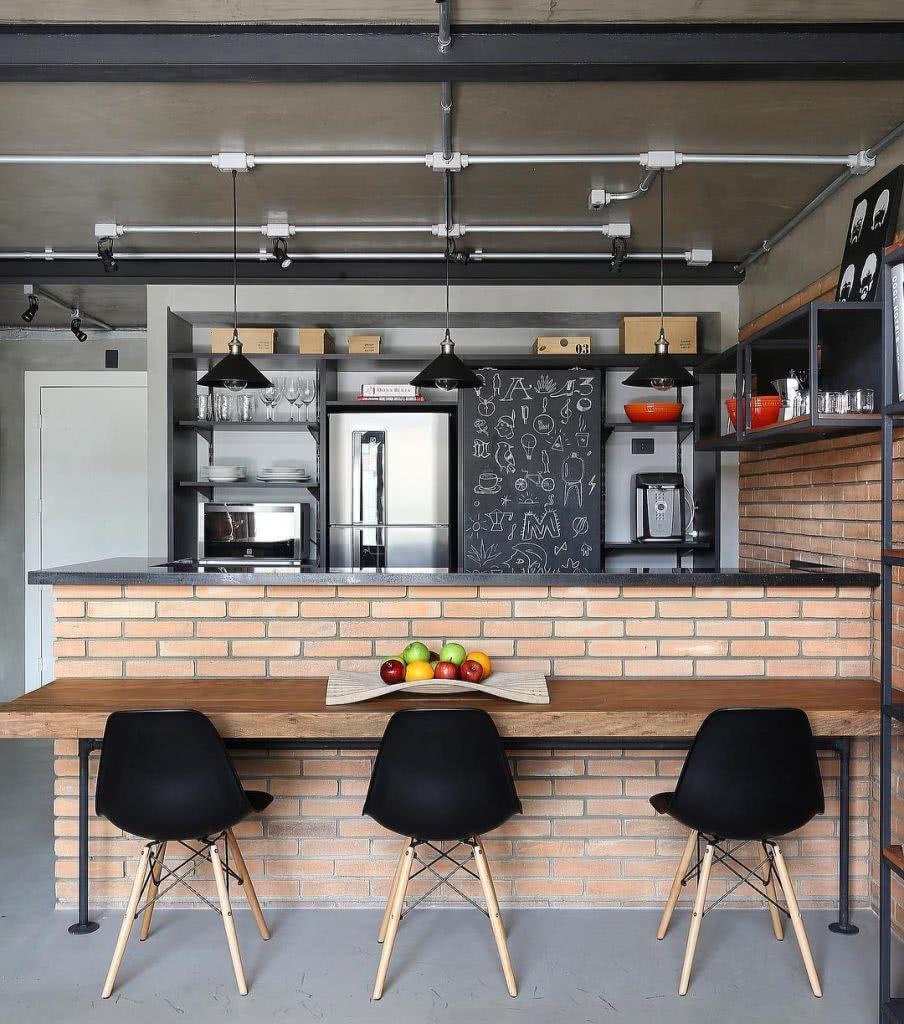 O tijolinho aparente reforçou o estio industrial da cozinha