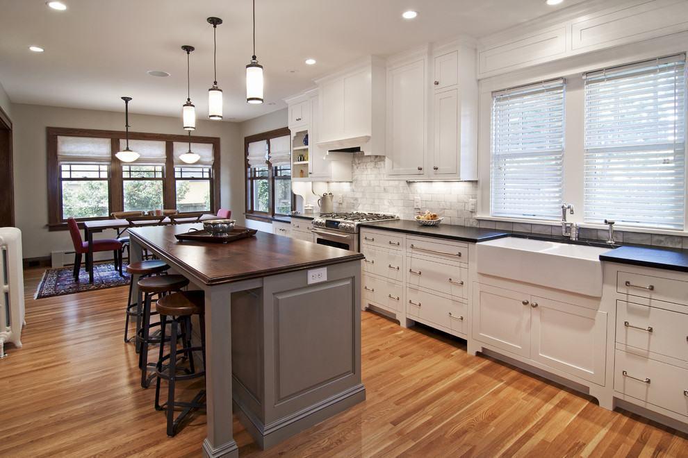 Cozinha rústica e moderna com armários brancos