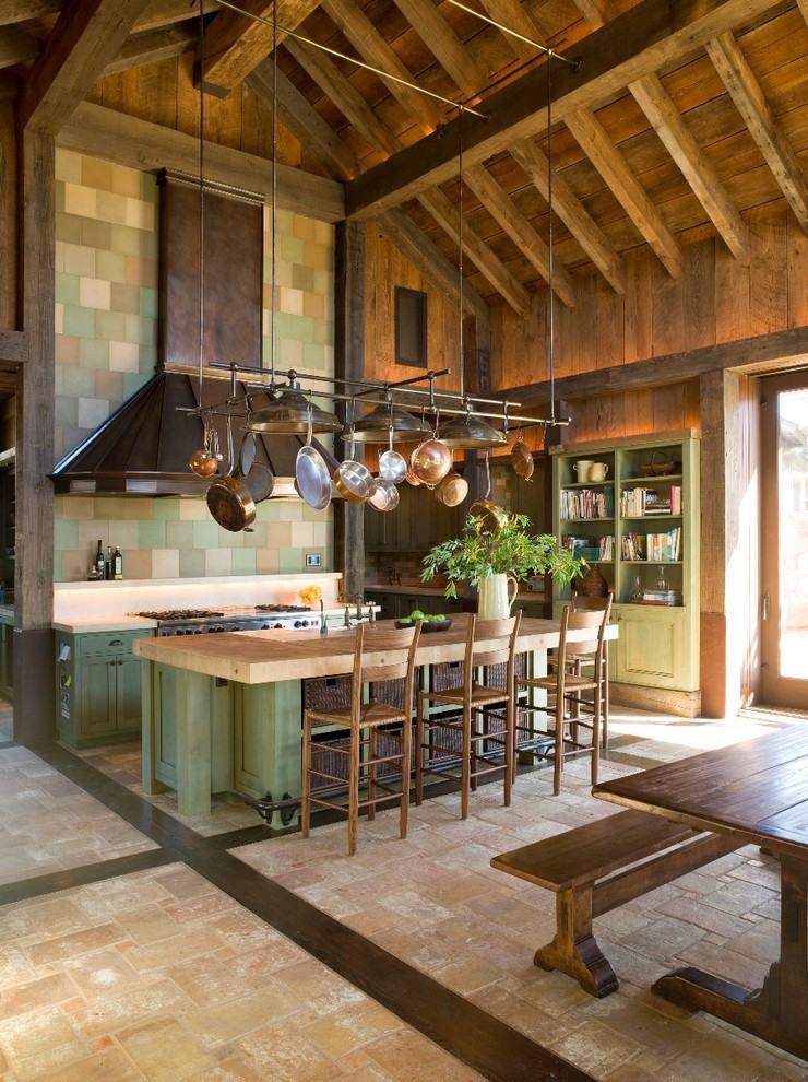 Parede da cozinha rústica com mosaico de azulejos