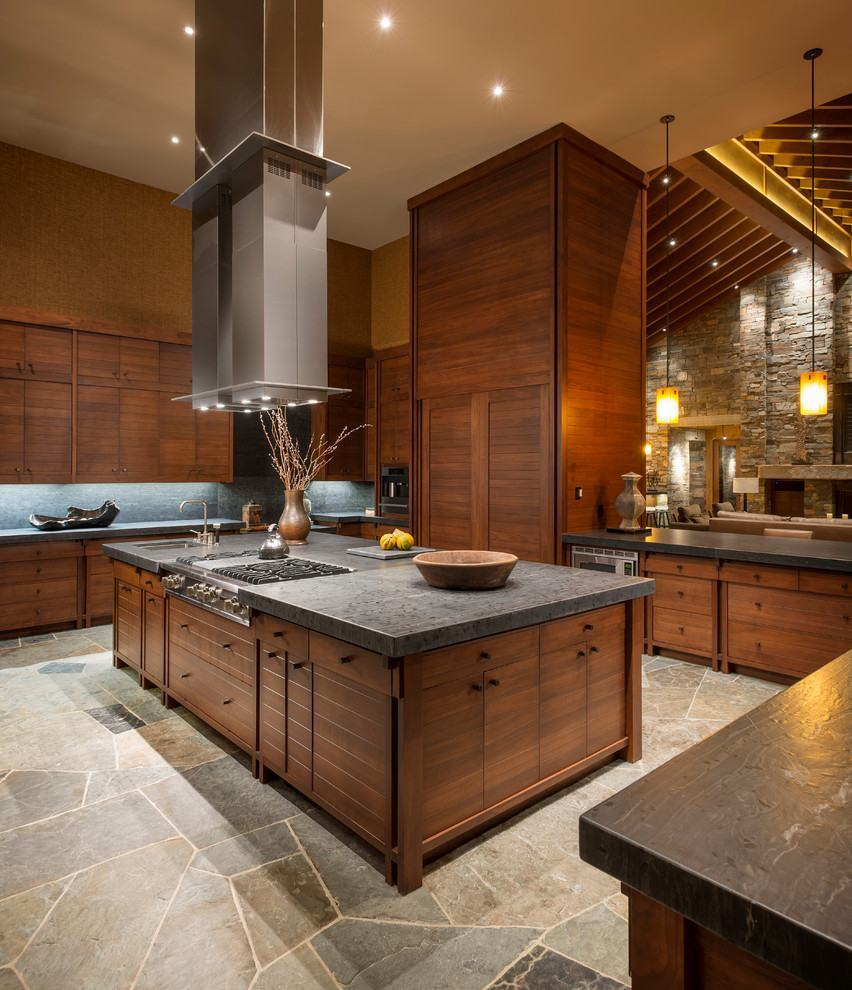Cozinha rústica com pé-direito alto