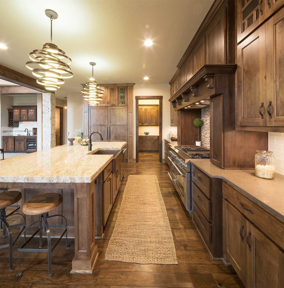 Cozinha americana rústica com armários de madeira escuro
