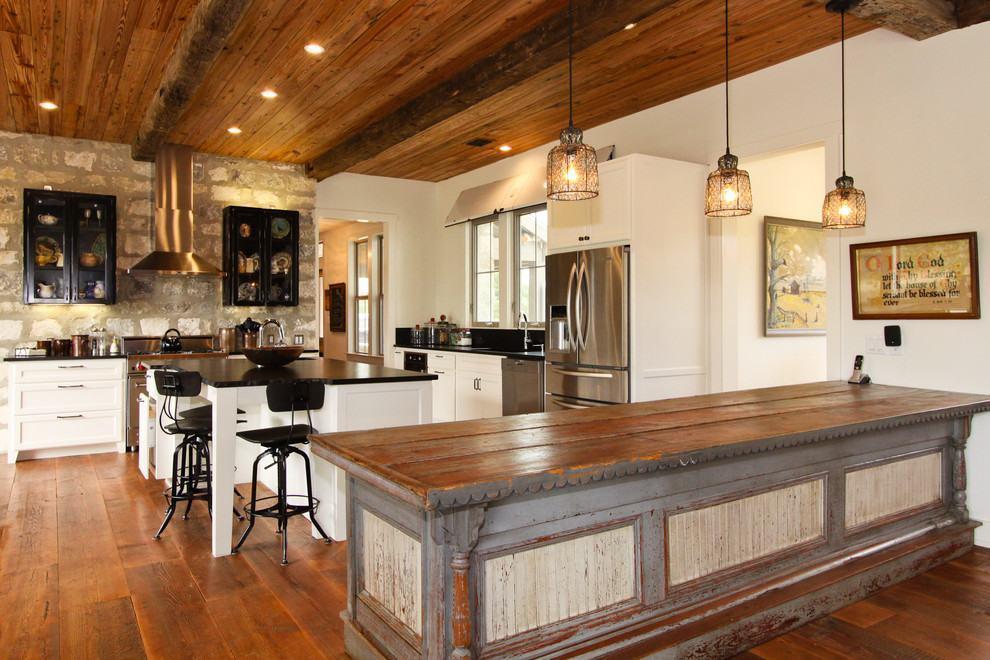 Cozinha rústica americana ampla com grande ilha central