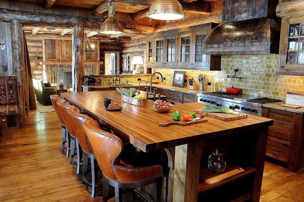 Neste projeto de cozinha rústica, o aspecto da madeira e os materiais são fortes e marcantes
