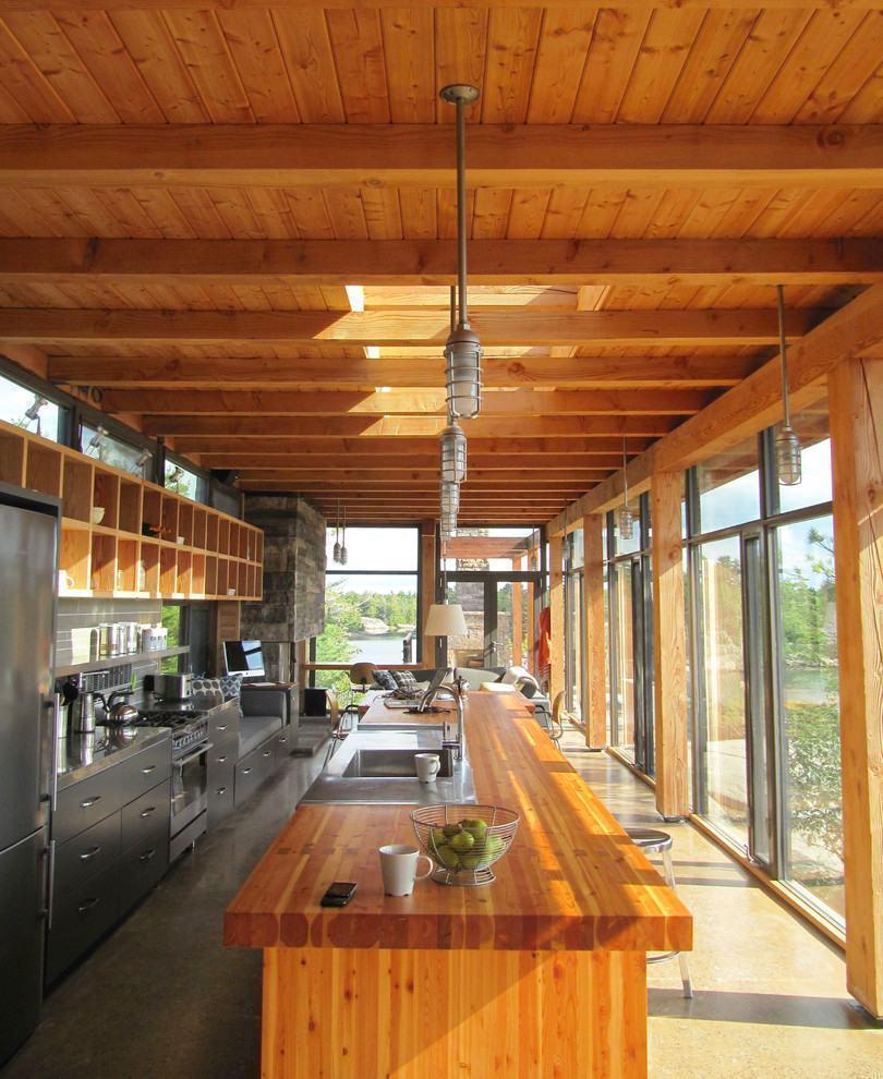Cozinha rústica: ampla cozinha americana rústica com iluminação natural