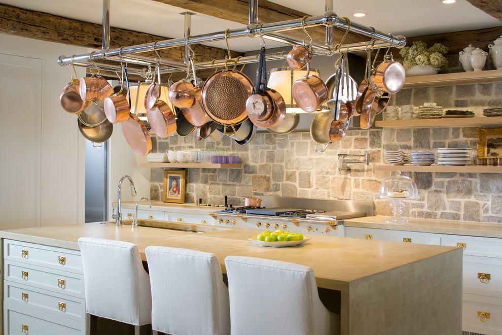Cozinha rústica: ilha central com panelas de cobre suspensas