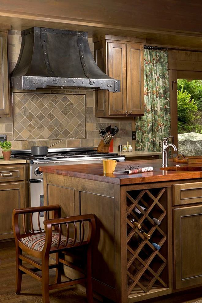 Cozinha com madeira rústica e exaustor no aspecto de churrasqueira