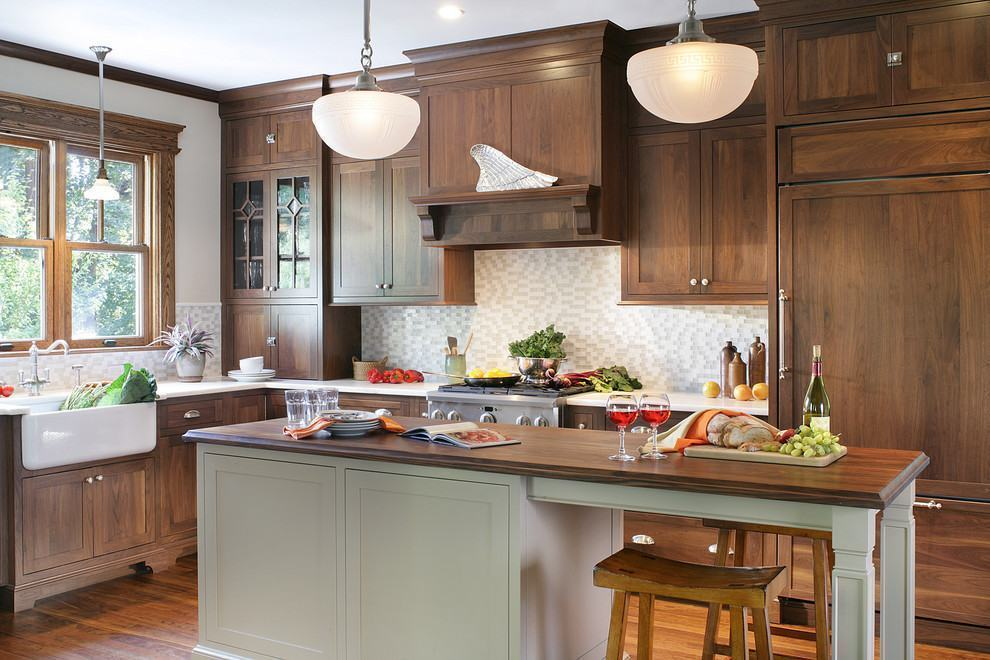 Cozinha rústica americana com móveis de madeira