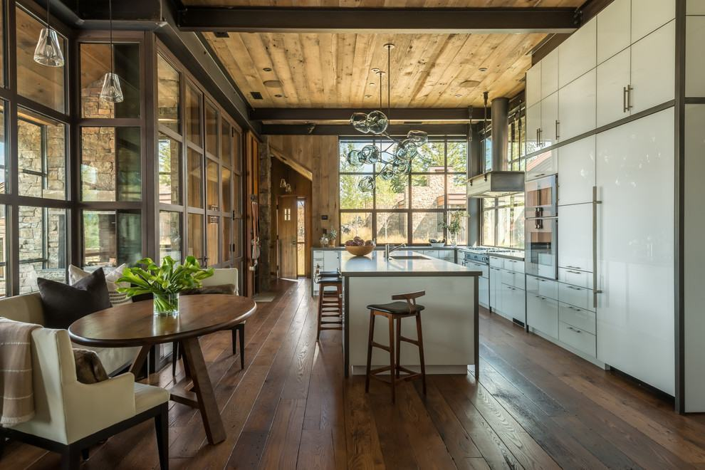 Cozinha rústica: a mescla entre a modernidade dos armários com os detalhes em madeira do ambiente