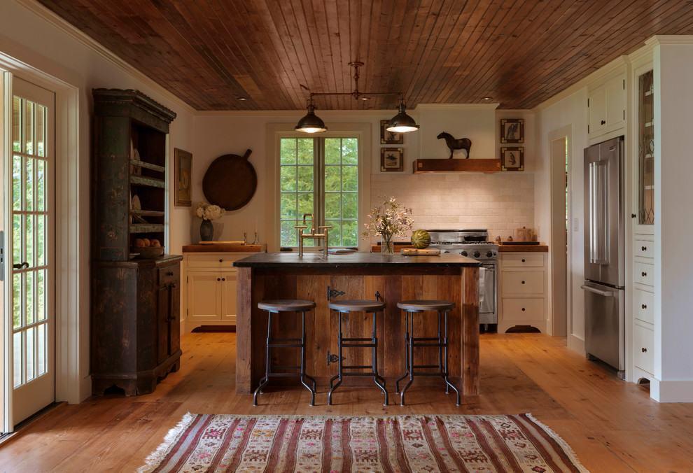 Cozinha rústica com buffet de madeira