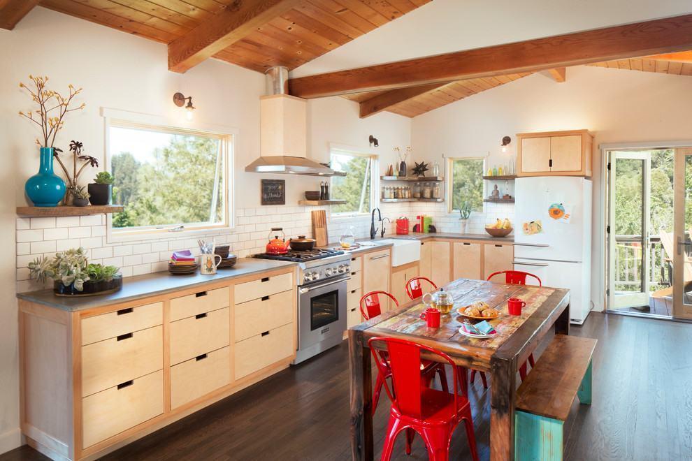 Cozinha rústica: as cores dos objetos decorativos e das cadeiras quebram o clima neutro do ambiente