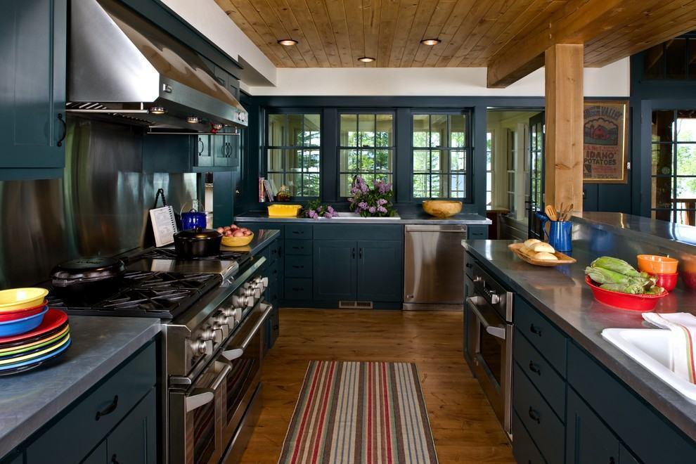 Cozinha rústica azul petróleo