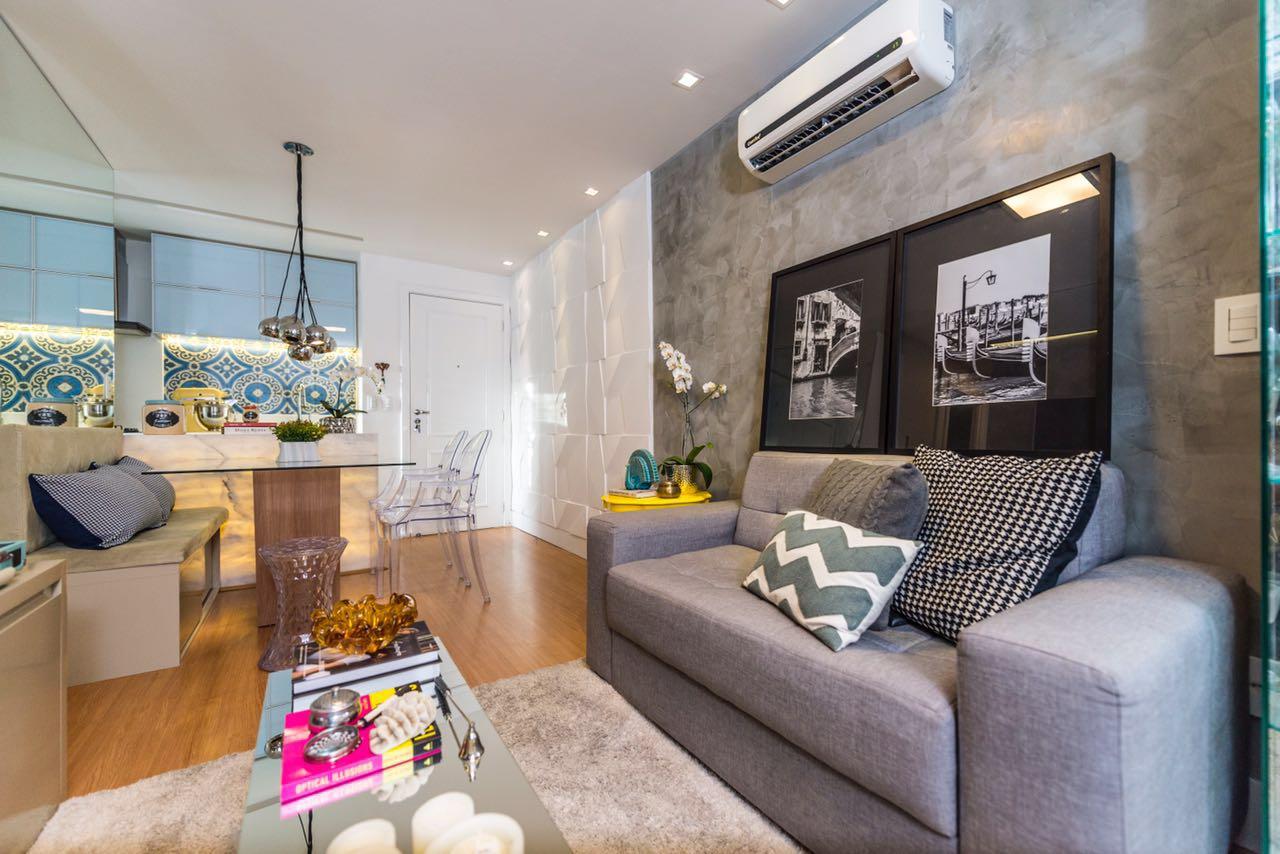 #9C672F Aqui o sofá cinza serve como complemento e extensão ao revestimento  1280x854 píxeis em Decoração De Sala De Estar Em Cinza