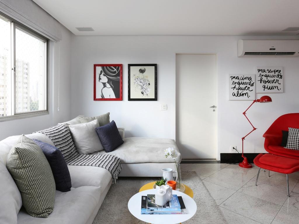 #AF1C1C  de almofadas sobre o sofá cinza para trazer um toque de personalidade 1024x768 píxeis em Decoração De Sala De Estar Em Cinza