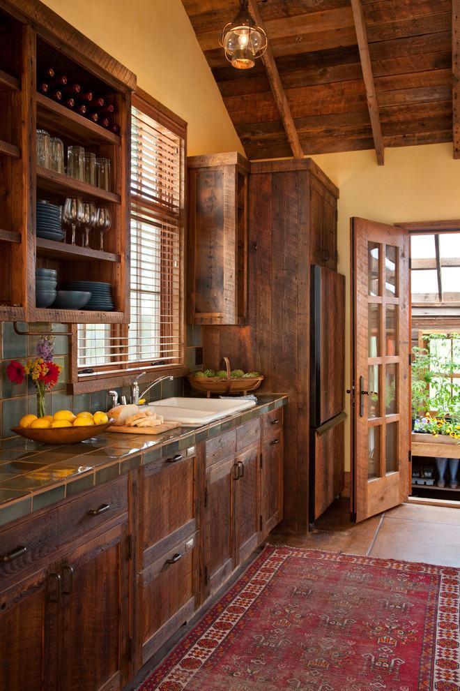 Cozinha rústica de casa de fazenda com madeira escura fosca