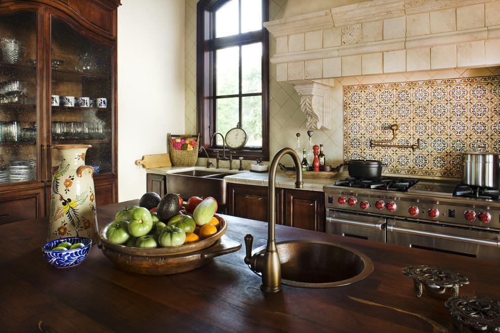 Cozinha rústica com madeira escura e azulejos de mosaico