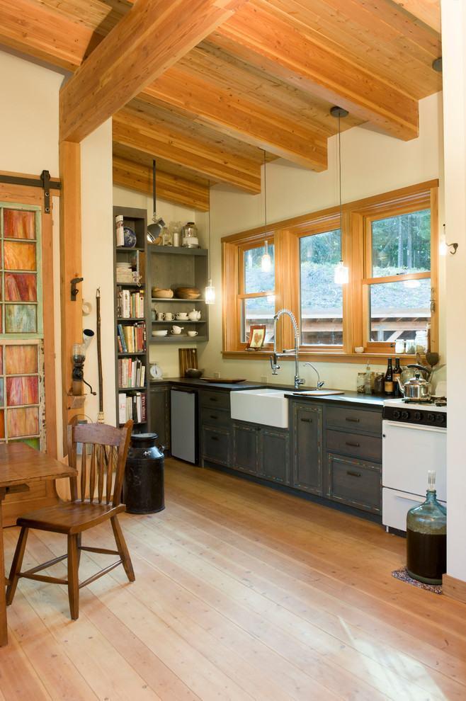 Cozinha pequena com madeiras claras e escuras
