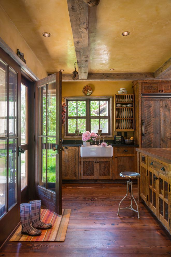 Outro lindo exemplo de cozinha rústica de fazenda com madeira fosca