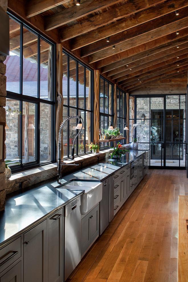 Ampla cozinha de madeira com iluminação natural e armários modernos