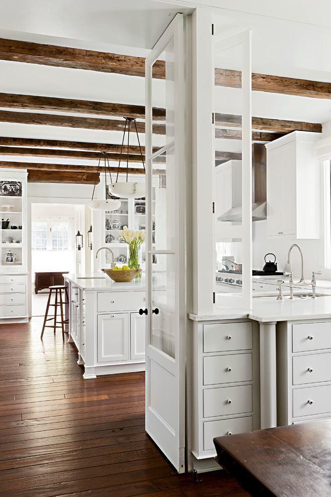Cozinha rústica branca de madeira