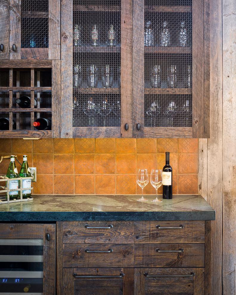 Detalhes dos armários de madeira na cozinha rústica