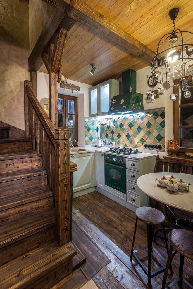 Cozinha rústica pequena com detalhes na cor verde