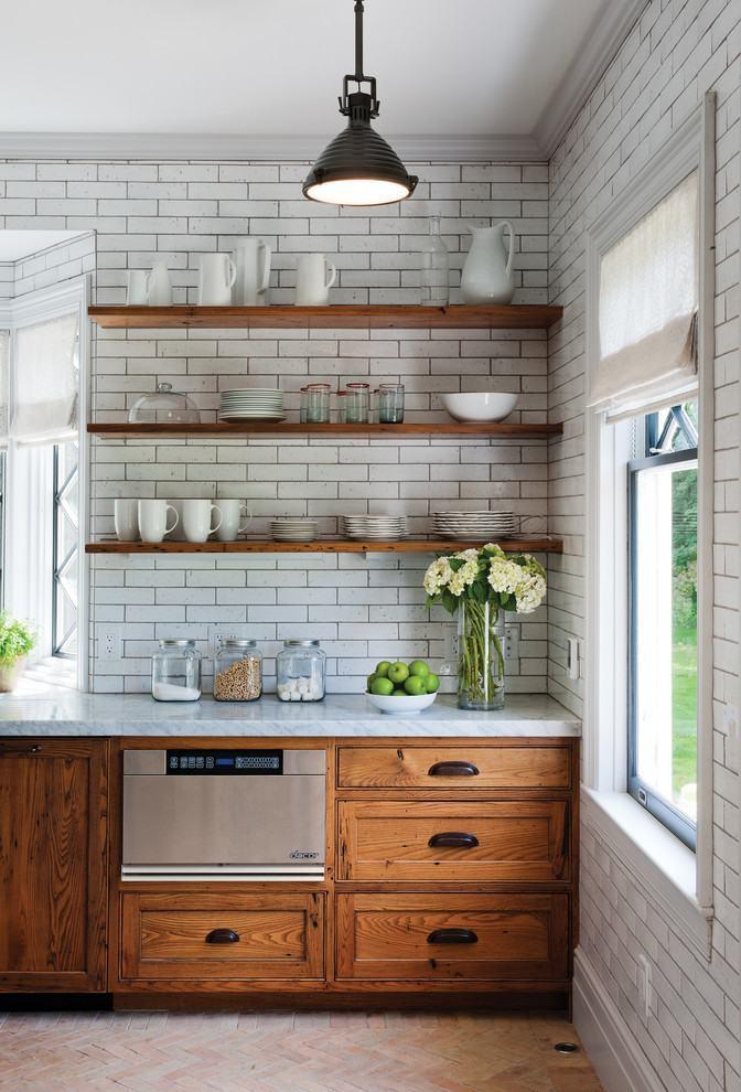 Contraste entre os azulejos brancos e a madeira dos armários/gabinetes