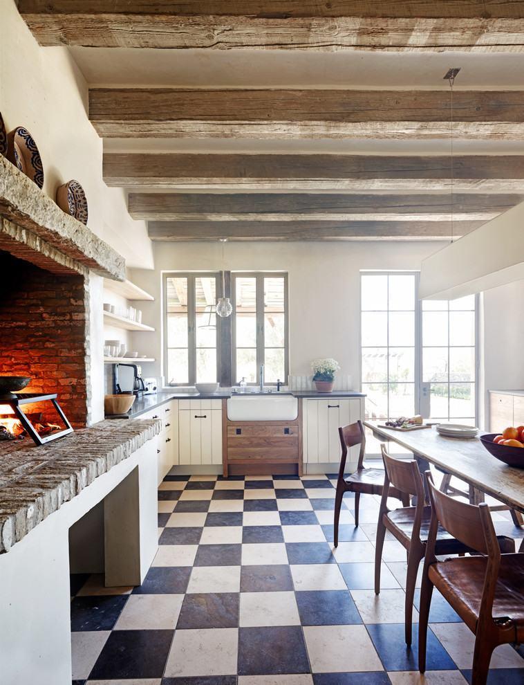 Cozinha rústica com piso quadriculado preto e branco