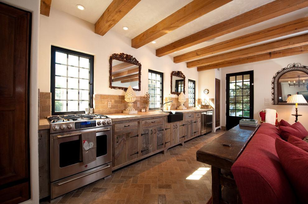 Detalhes com espelhos e azulejos na cozinha rústica