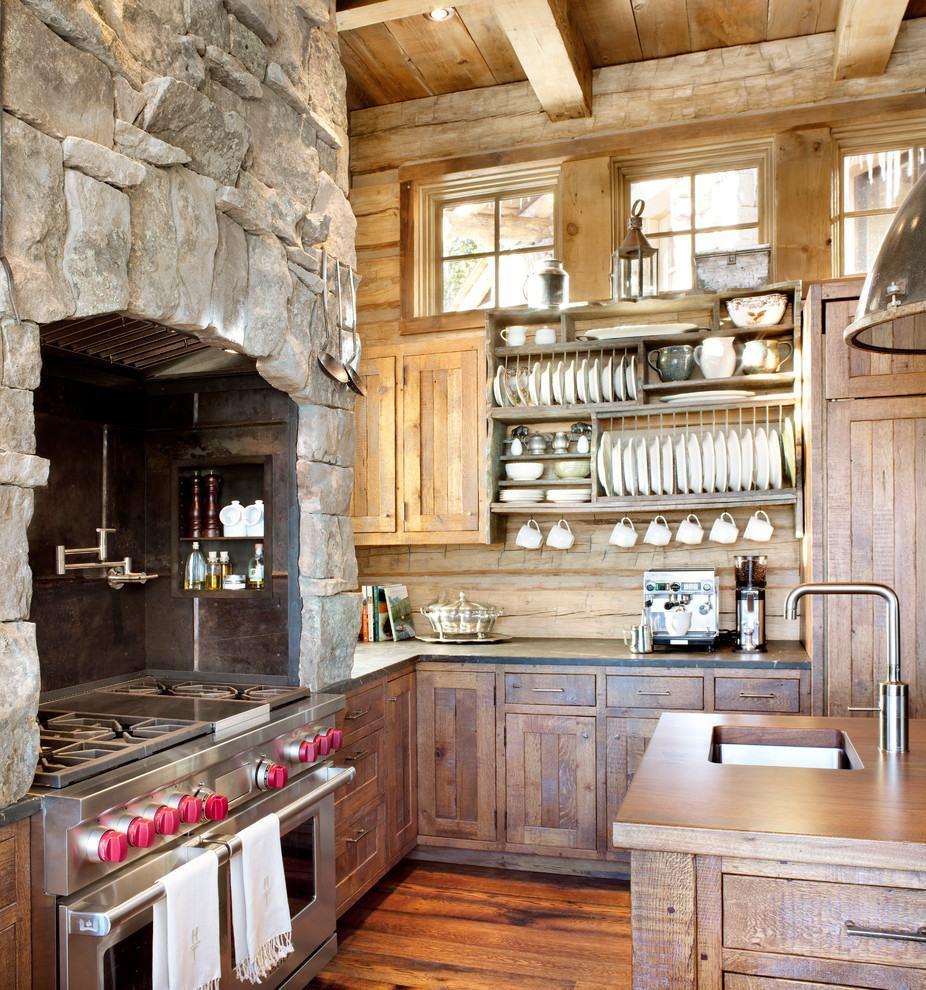 Cozinha rústica com pedra e madeira