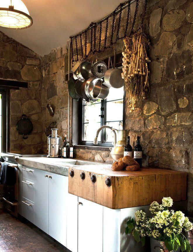 Cozinha com pedras na parede: lindo detalhe no topo com panelas penduradas em correntes