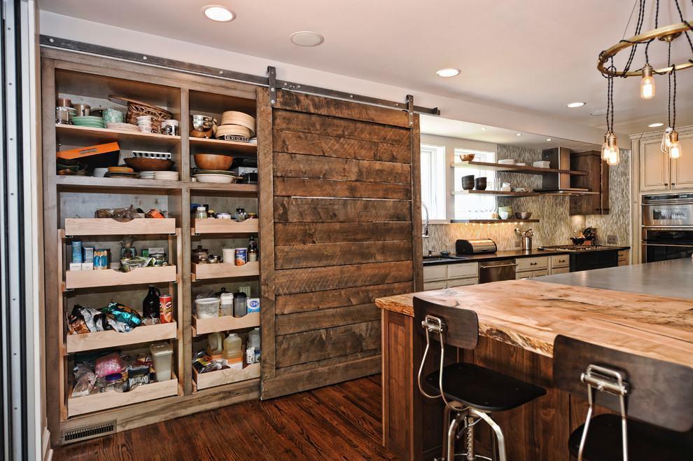 Detalhe para a dispensa com porta de madeira rústica