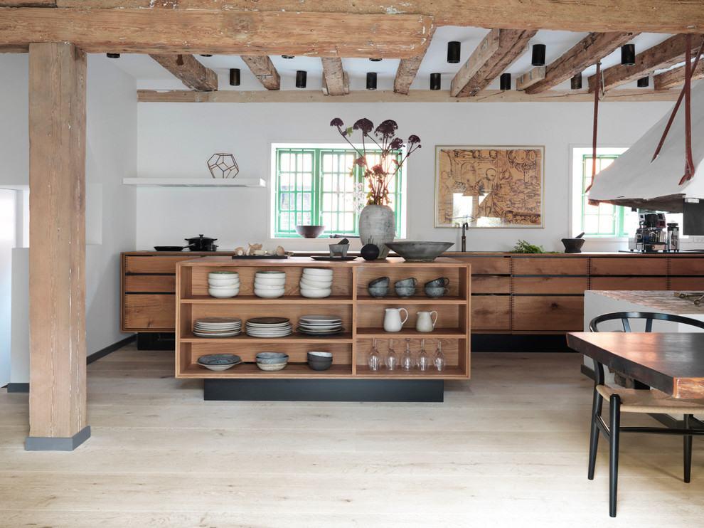 Cozinha com paredes brancas e armários de madeira