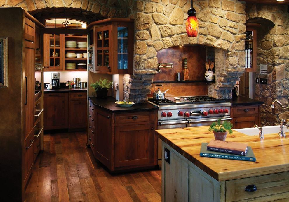 Cozinha rústica escura com exaustor com aspecto de churrasqueira no fogão