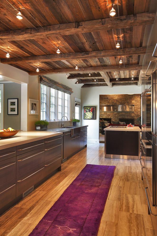 Cozinha moderna com teto de madeira rústica