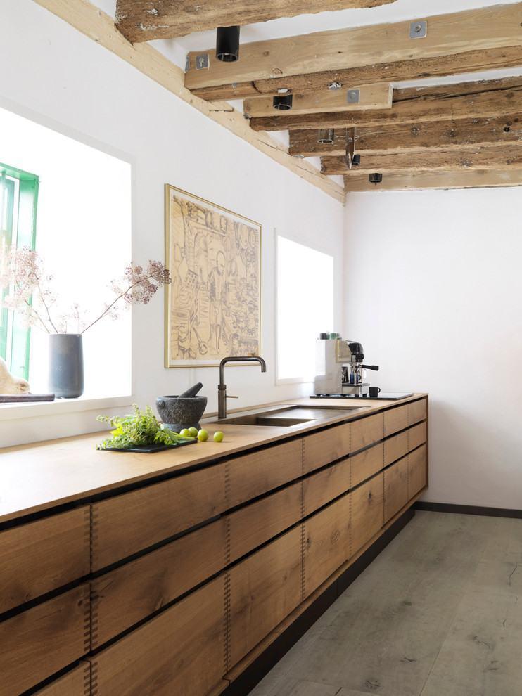Ambiente rústico das madeiras do teto com um toque clean das cores brancas