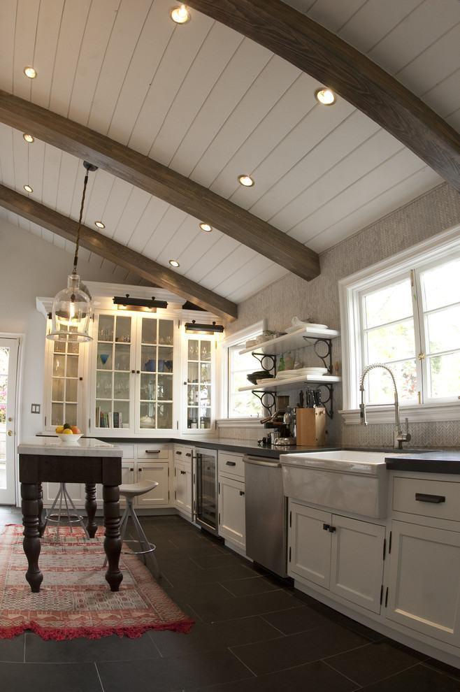 Cozinha rústica branca com detalhes em madeira escura