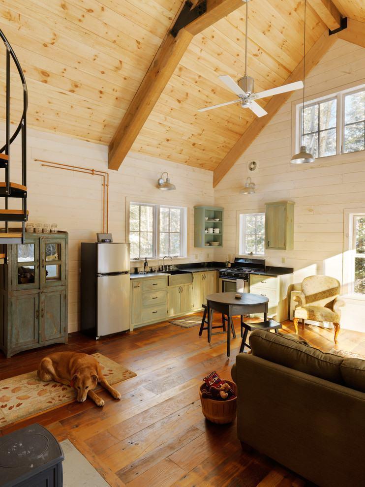 Pequena cozinha de canto em casa no estilo cabana