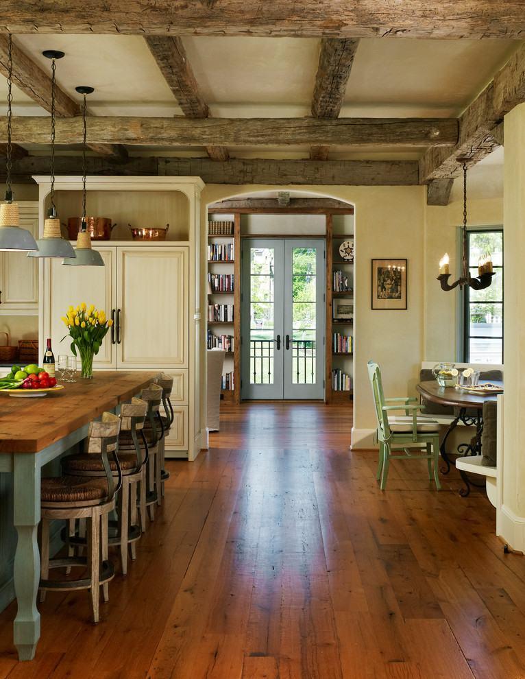 Ampla cozinha rústica com diferentes tipos de madeira