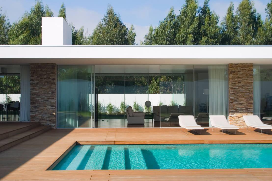 As portas de vidro integram a área externa e o interno