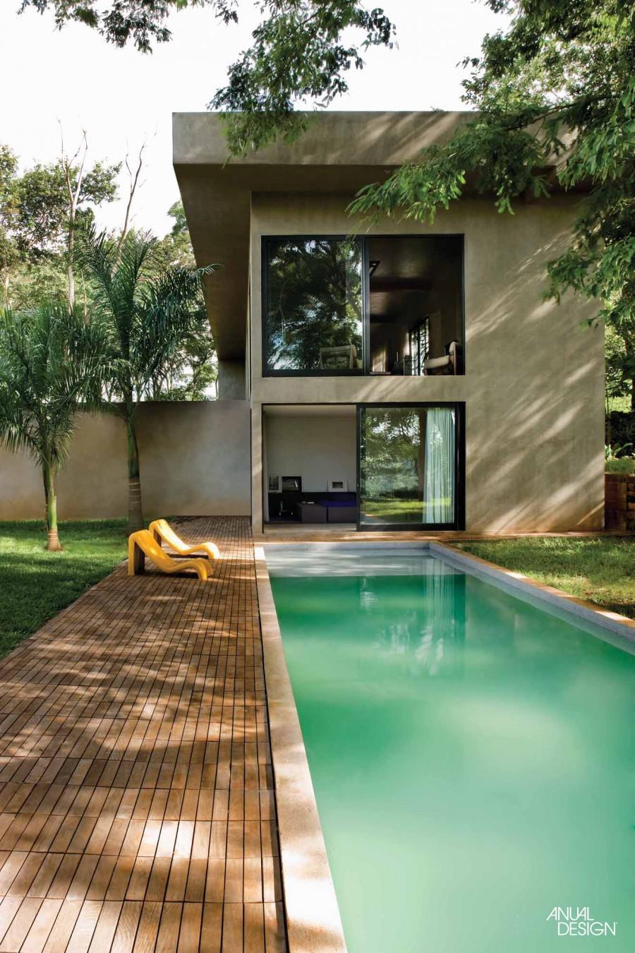O formato da piscina foi o ponto chave para delimitar a área de deck