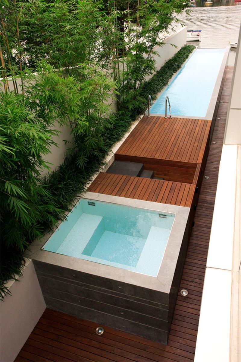 O contraste do piso com a natureza destaca ainda mais a piscina