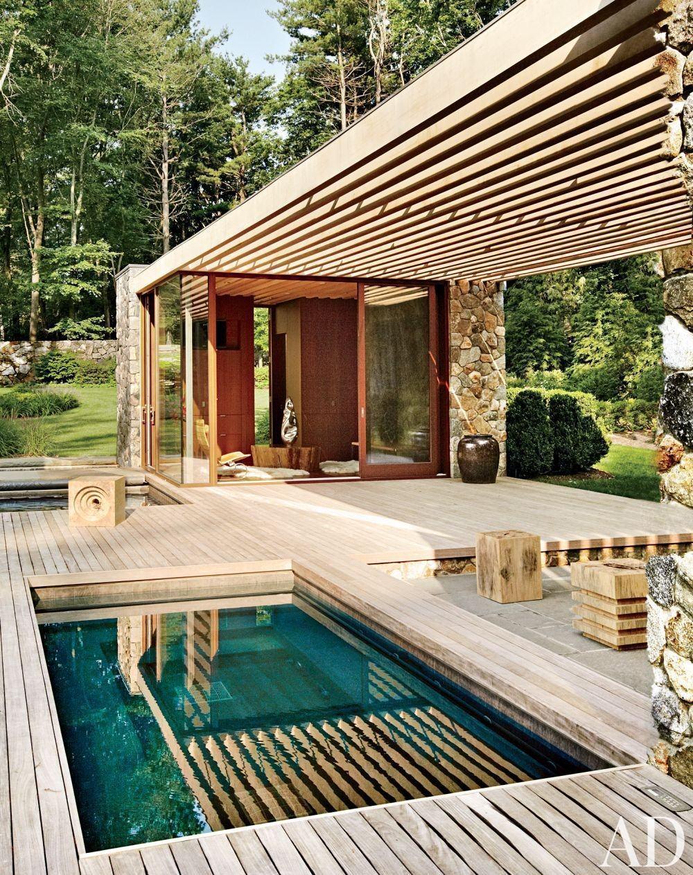 A combinação de deck com pergolado é ideal para área da piscina