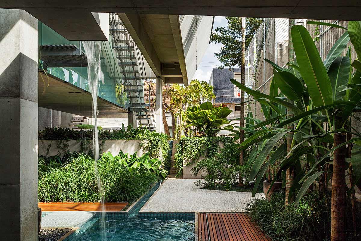 Misturar dois pisos também é uma proposta bacana, nessa composição tem o deck de madeira com a pedra portuguesa
