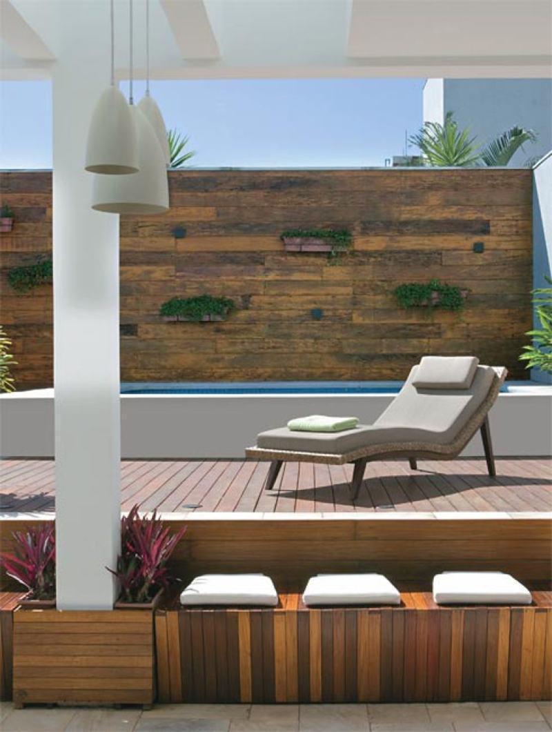 Piscina com deck e madeira de demolição