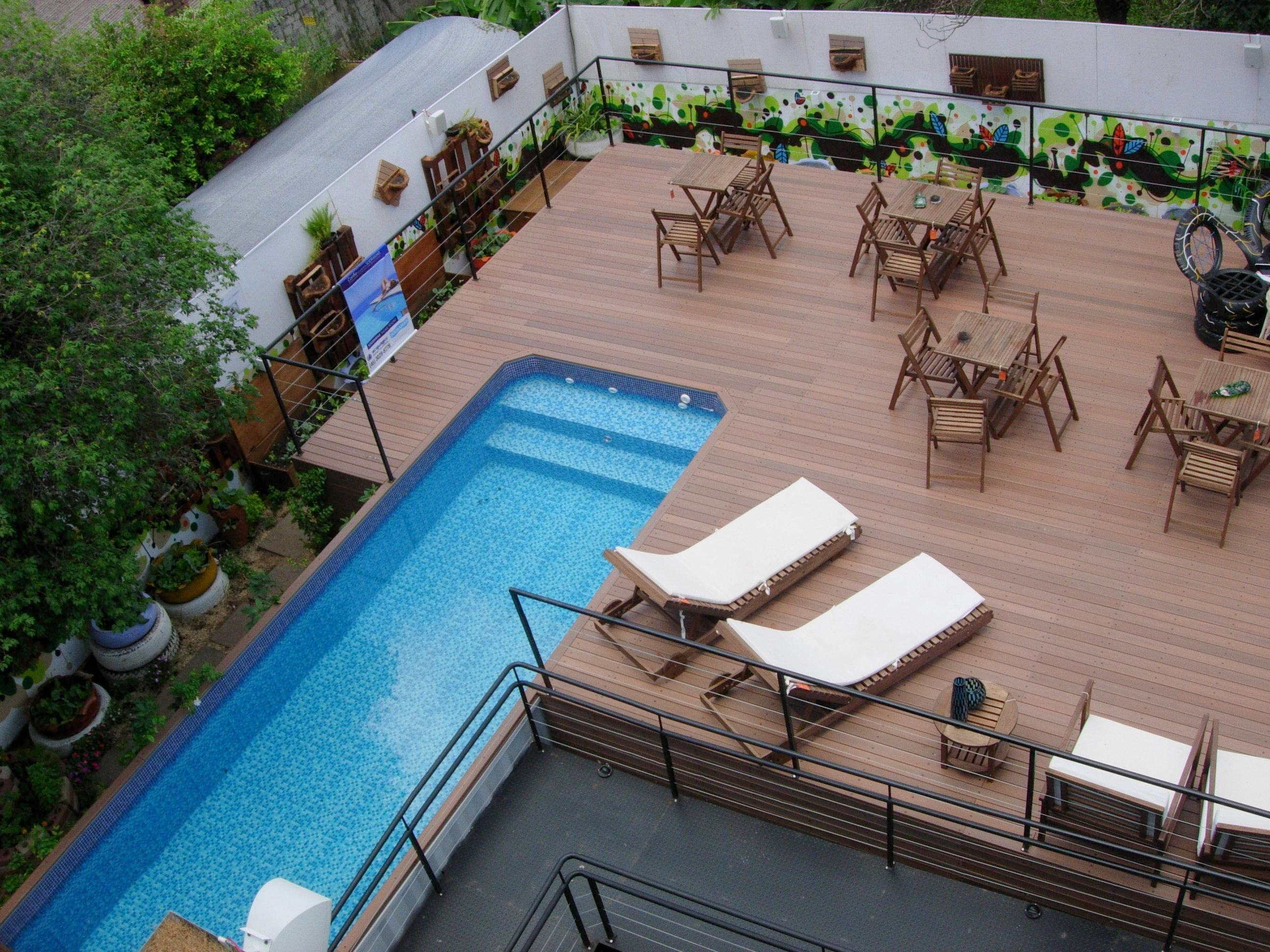 Revestir o local inteiro com deck dá a possibilidade de criar um espaço recreativo com mesas e poltronas