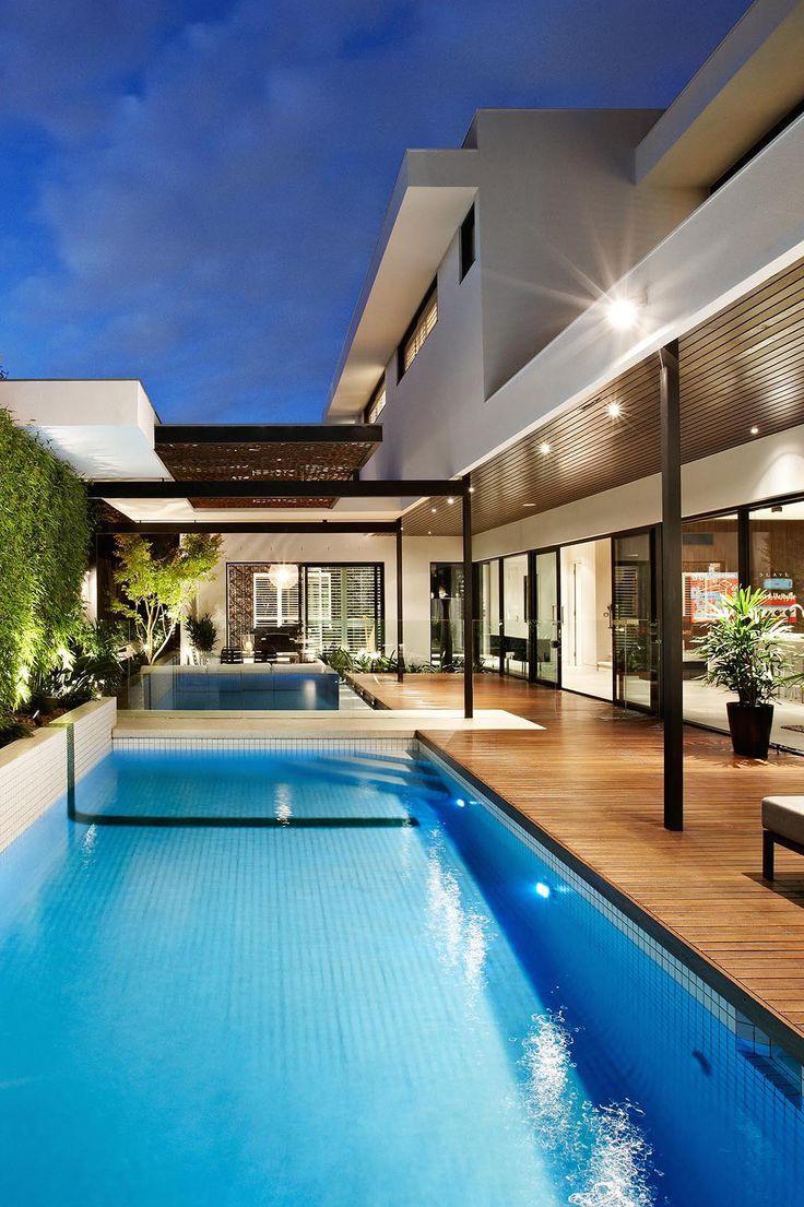 Além de compor com a proposta da piscina, o deck funciona como uma circulação da área externa