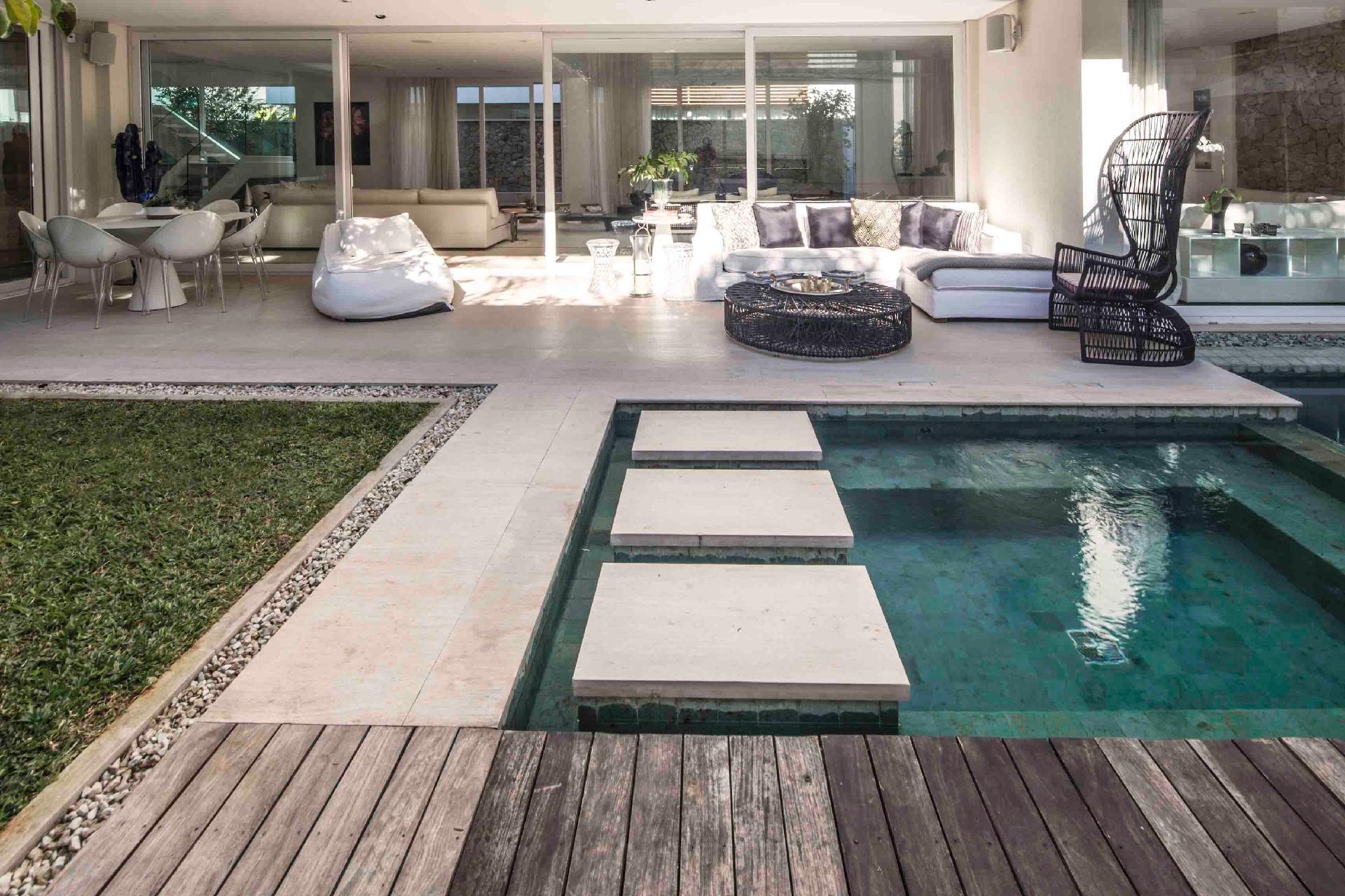 Piscina com piso de deck e bloco de concreto