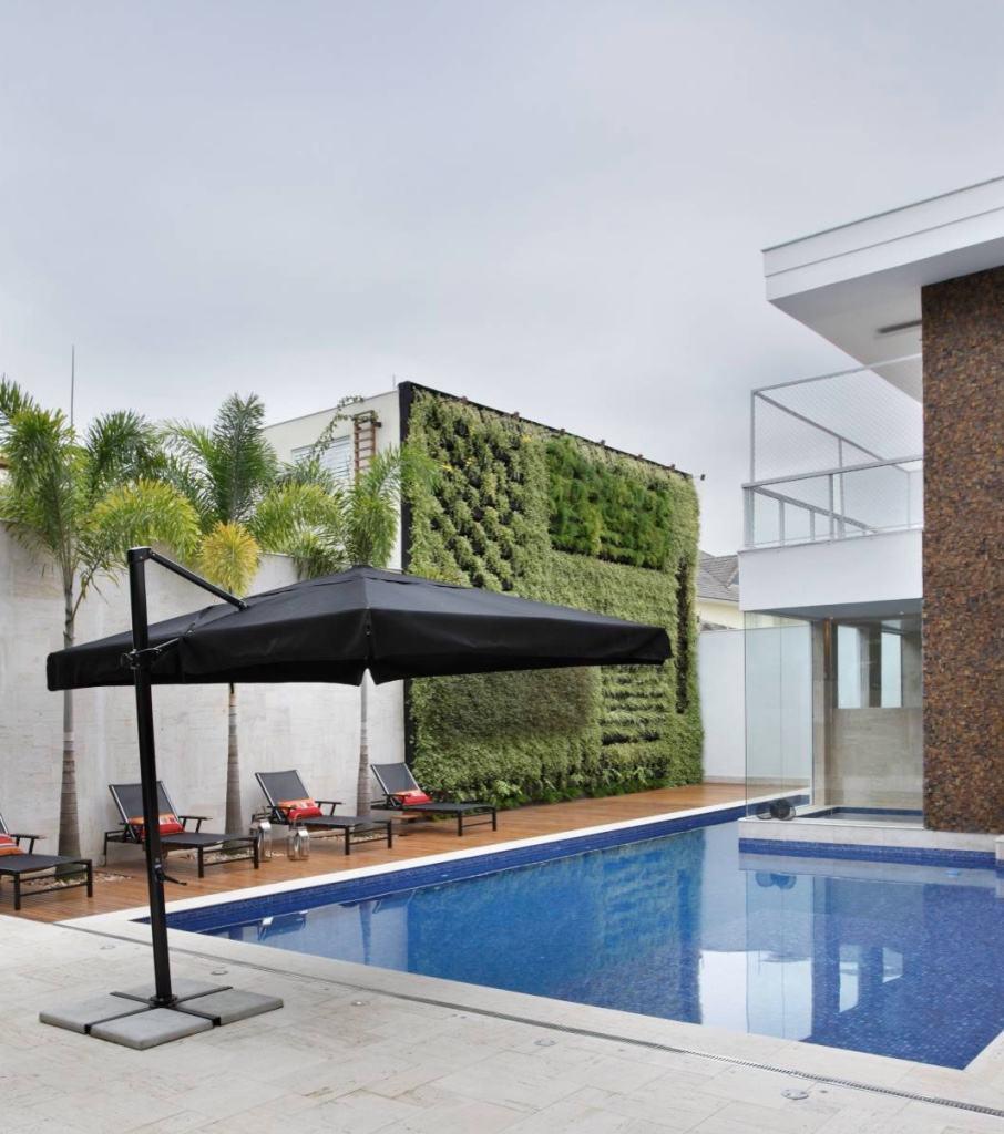 Piscina com deck e jardim vertical