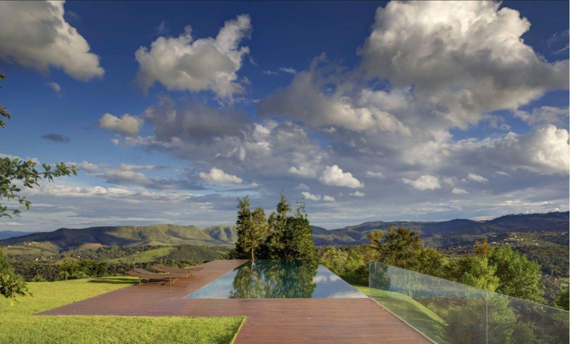 O conceito dessa área externa é utilizar linhas retas para delimitar circulação e paisagismo