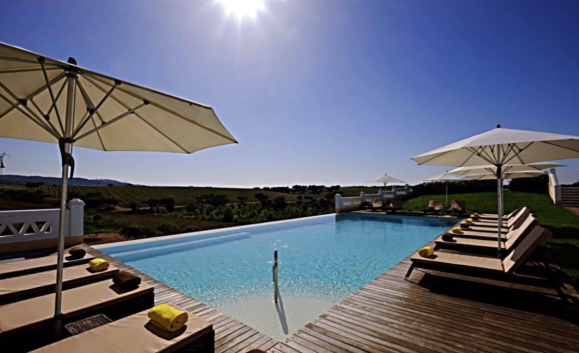Localizado em um ponto privilegiado, a piscina possui uma vista com um amplo deck para aumentar a sensação relaxante
